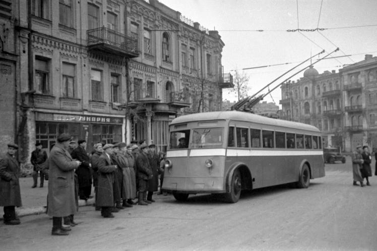 Перший тролейбус, який виїхав на маршрут після звільнення Києва від німецьких окупантів, листопад 1944 року.