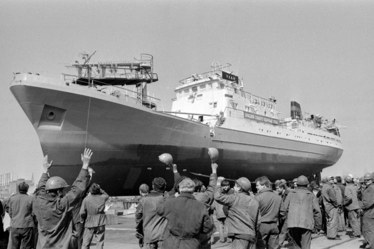 Спуск на воду судна «Улан», построенного на Киевском судостроительном заводе «Ленинская кузница» (сейчас завод «Кузница на Рыбальском») в день Всесоюзного коммунистического субботника, 21 апреля 1985 года.