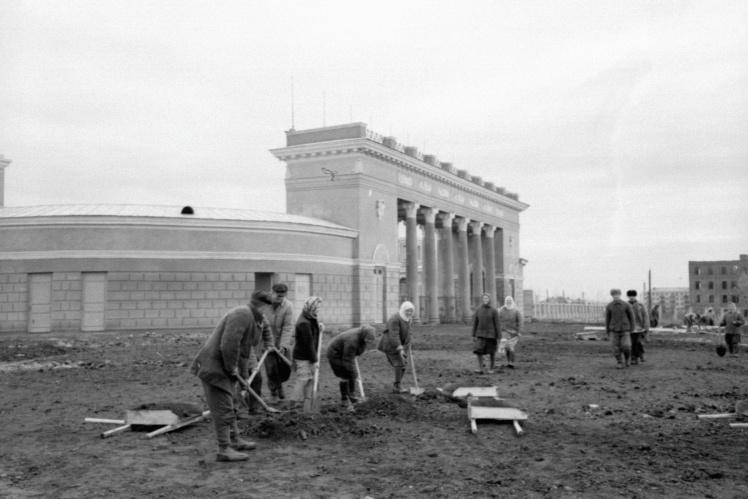Жители Ворошиловграда (сейчас Луганск) на субботнике возле стадиона имени Ворошилова (с 1962 года — стадион «Авангард»), 4 сентября 1950 года.