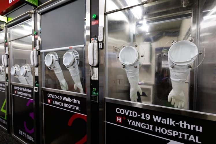 Кабины безопасности в центре тестирования в больнице в Сеуле, 24 июля 2020 года.
