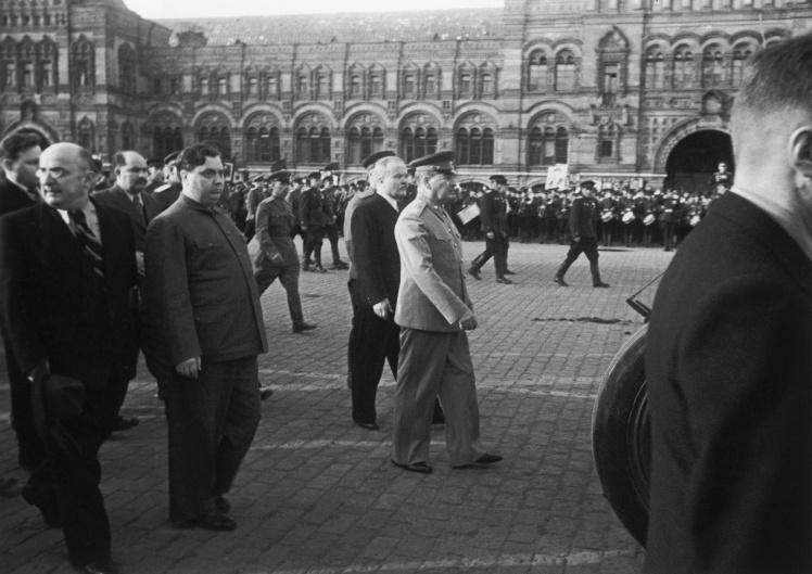 Лаврентій Берія (крайній ліворуч) і Георгій Маленков (праворуч від Берії) йдуть разом з Йосипом Сталіним (у центрі) Красною площею в Москві, червень 1946 року.