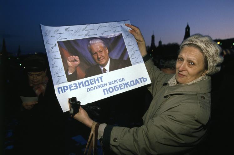 Прихильниця Єльцина тримає плакат на підтримку референдуму за нову Конституцію РФ, 21 квітня 1993 року.