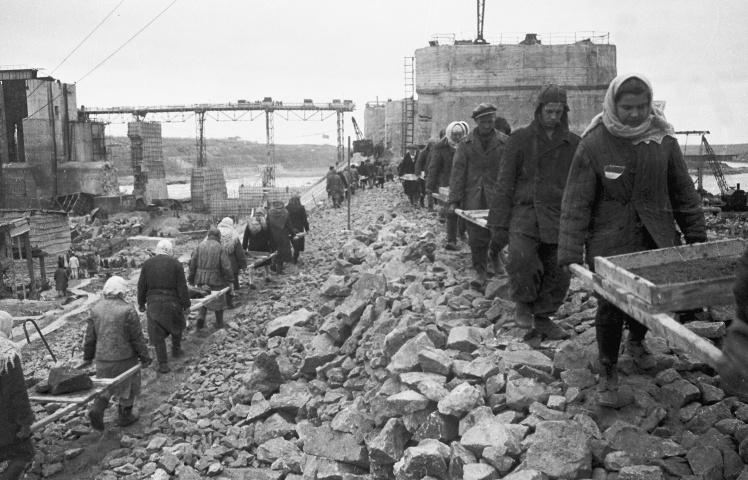 Колхозники восстанавливают дамбу ДнепроГЭСа, апрель 1945 года.