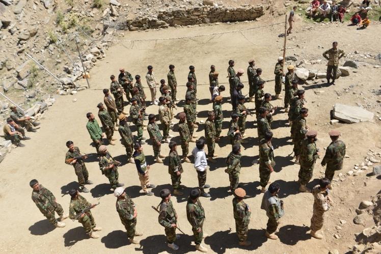 Бійці афганського руху спротиву талібам на військових навчаннях в районі Абдулла Хіл округу Дара в провінції Панджшер, 24 серпня 2021 року.