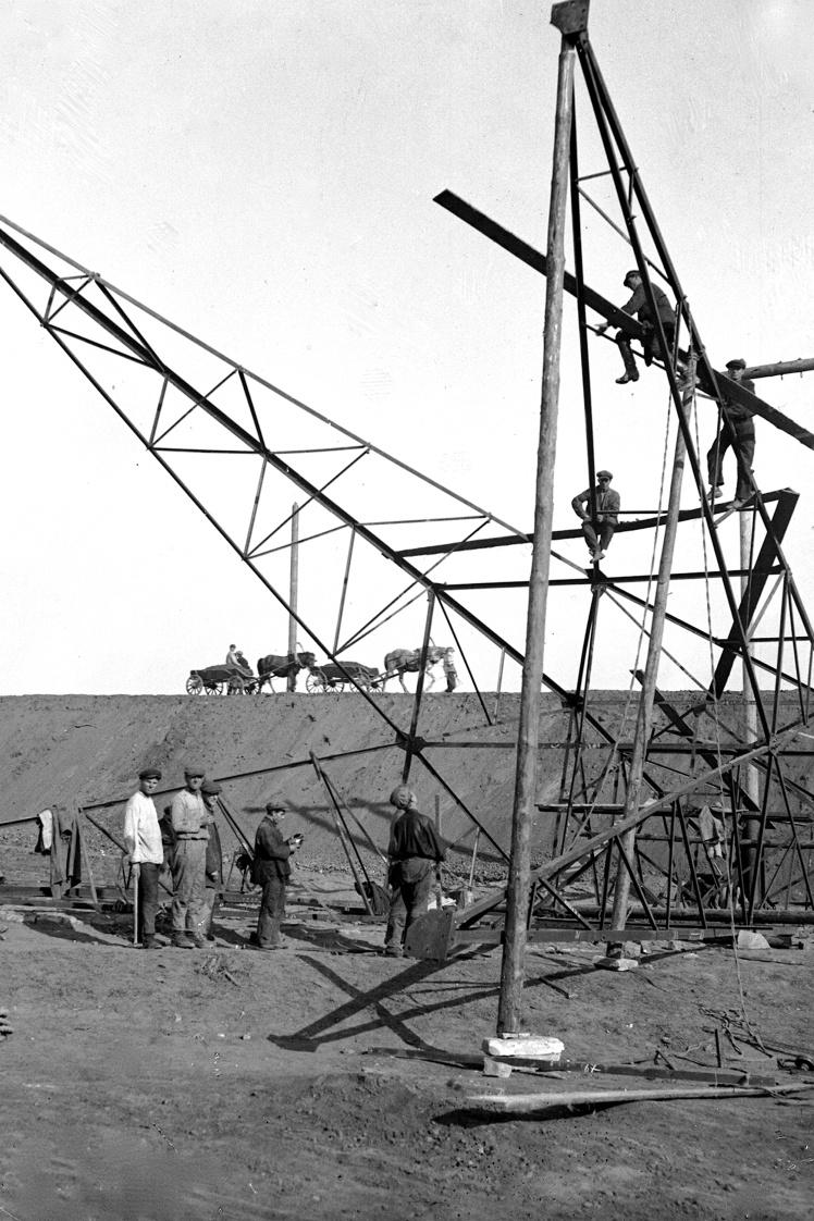 Сборка мачт для электропередачи между Штеровской электростанцией и городом Сталино (сейчас Донецк), 1930 год.