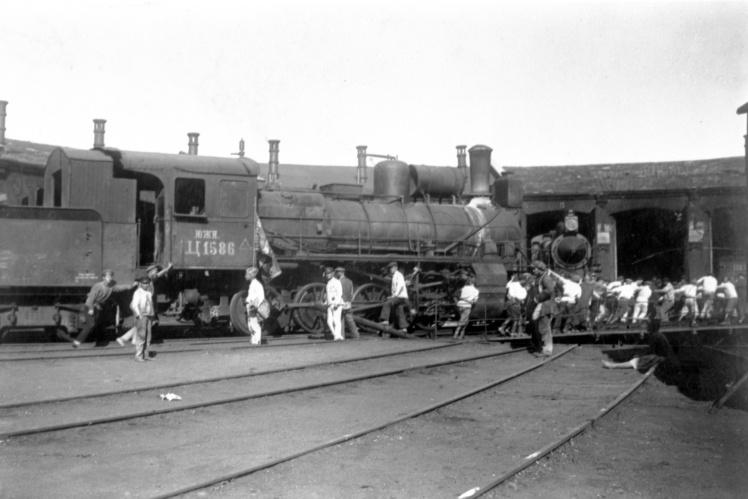 Воскресник по восстановлению железнодорожного транспорта в депо станции Мелитополь, 1920 год.