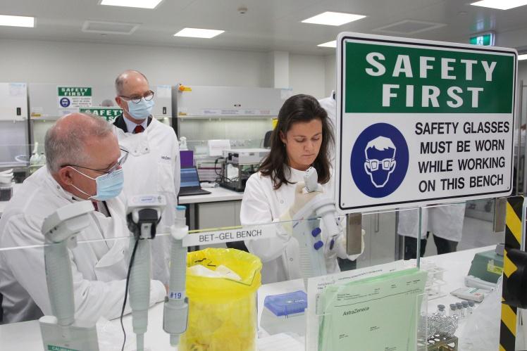 Премьер-министр Австралии Скотт Моррисон встречается с руководителем группы специалистов лаборатории AstraZeneca в Сиднее, где готовятся производить вакцину от коронавируса после успешных испытаний, 19 августа 2020 года.
