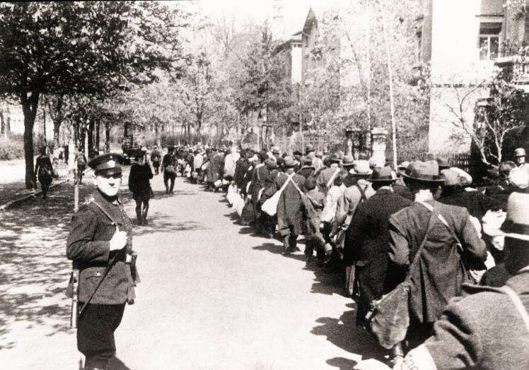 Депортація євреїв Вюрцбурга місцевою поліцією, Німеччина, 27 листопада 1941 року.