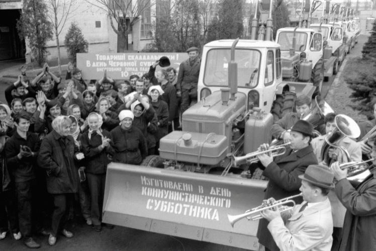 Рабочие Киевского машиностроительного завода «Красный экскаватор» выпустили в день Всесоюзного коммунистического субботника 10 экскаваторов, 20 апреля 1974 года.
