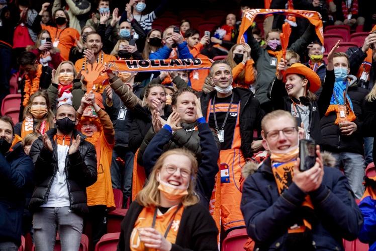 Шанувальники збірної Нідерландів під час відбіркового матчу Чемпіонату світу з футболу. Збірна Нідерландів грала з латвійською командою, Амстердам, Нідерланди, 27 березня 2021 року.