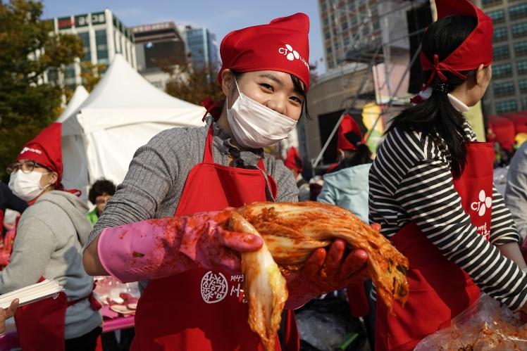 Участница фестиваля кимчи в Сеуле, 3 ноября 2017 года.