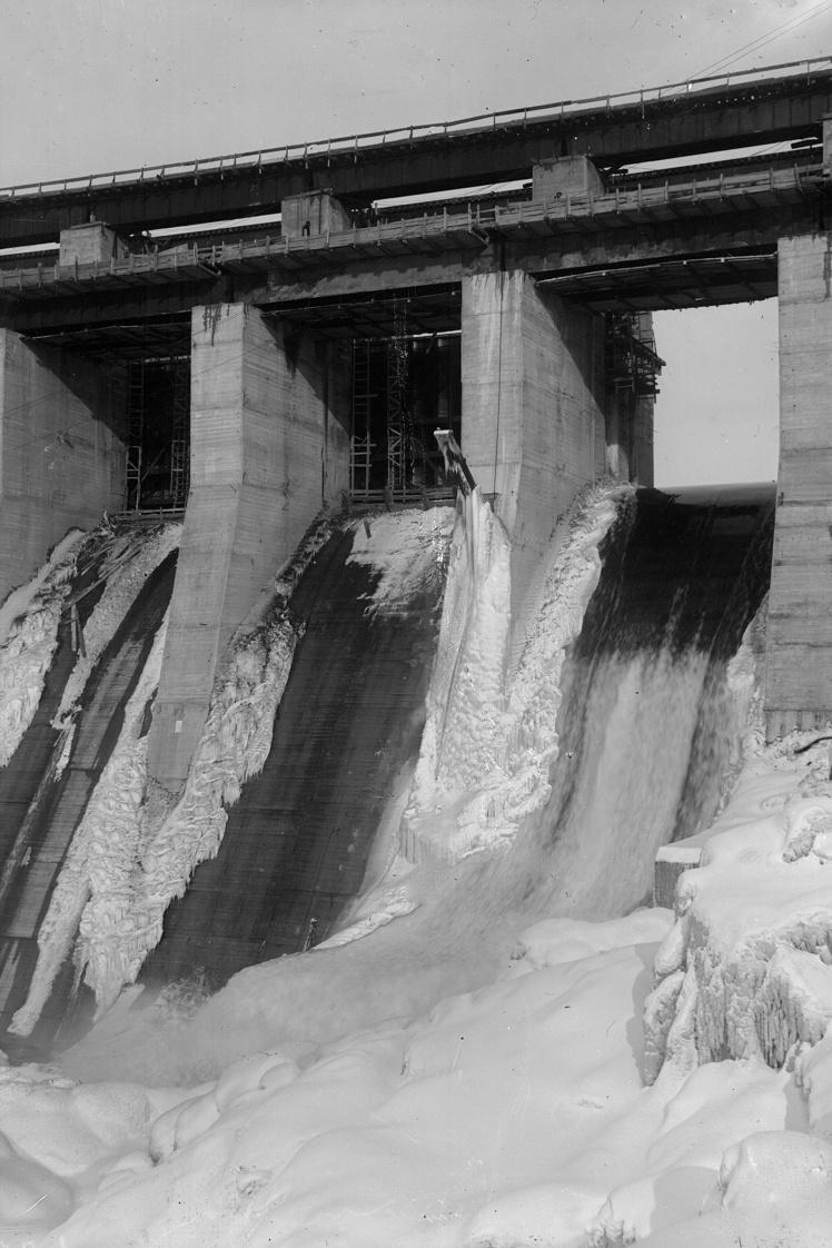 Сток воды между быками плотины ДнепроГЭСа, Запорожье, 1933 год.