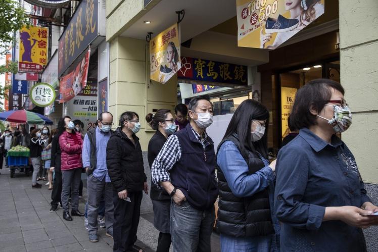 Тайванці стоять у черзі за масками, Тайбей, 18 березня 2020 року.
