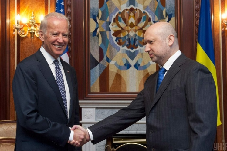 З віцепрезидентом США Джо Байденом, 22 квітня 2014 року.