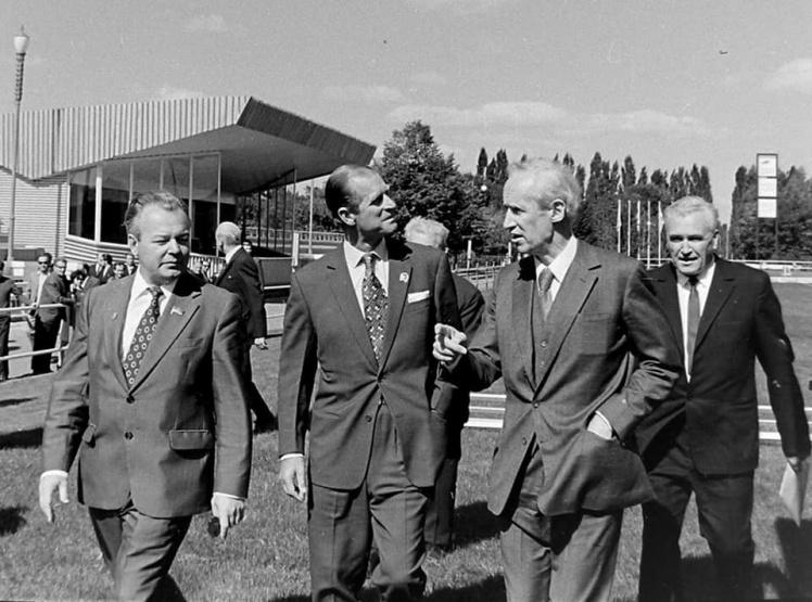 Зліва направо: мер Києва Володимир Гусєв, принц Філіп, глава секретаріату посольства Великої Британії в СРСР Джозеф Доббс, заступник голови Спорткомітету УРСР Андріан Мізяк.
