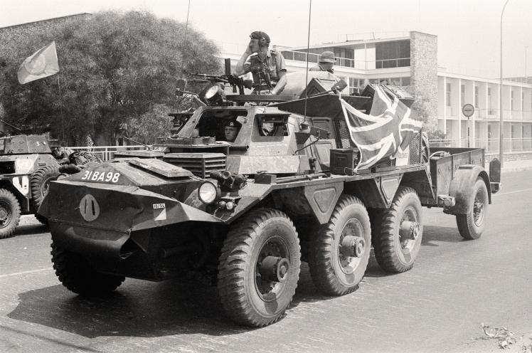 Британські солдати у складі миротворчої місії ООН супроводжують колону біженців на Кіпрі, 22 липня 1974 року.