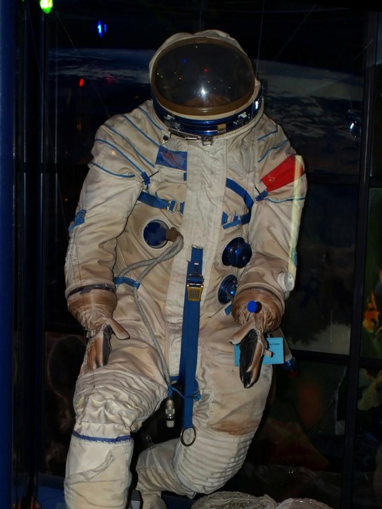 Аварійно-рятувальний скафандр космонавта Ю. П. Артюхіна. Використовувався під час польоту на космічному кораблі «Союз-14» у 1974 році.
