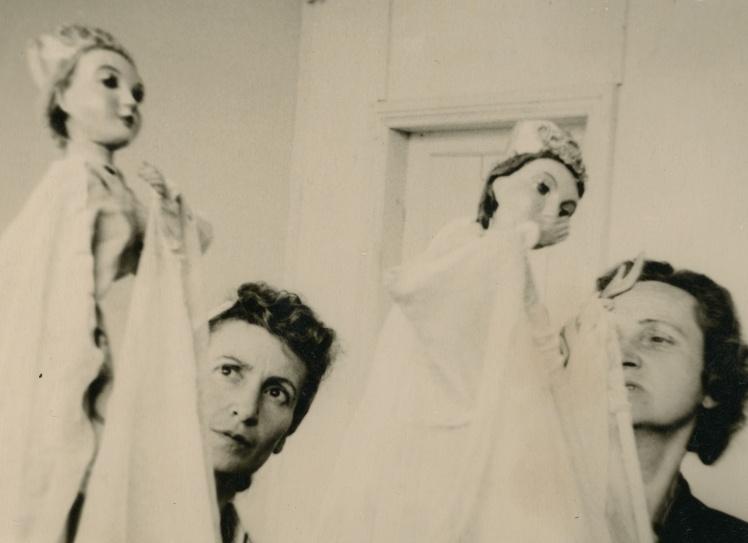 Діна Пронічева з подругою Фанею за роботою в Ляльковому театрі, 1950-і роки.
