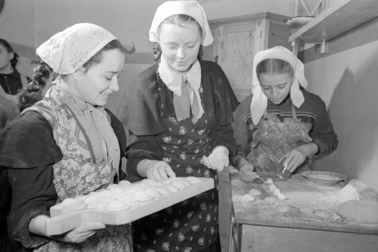 Учениці 7-Б класу Київської середньої школи № 71 готують вареники на уроці домоведення, 15 березня 1958 року.