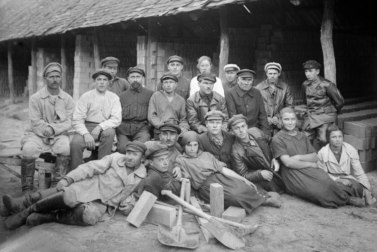 Група робітників цегельного заводу на Деміївці в Києві, 1925 рік.