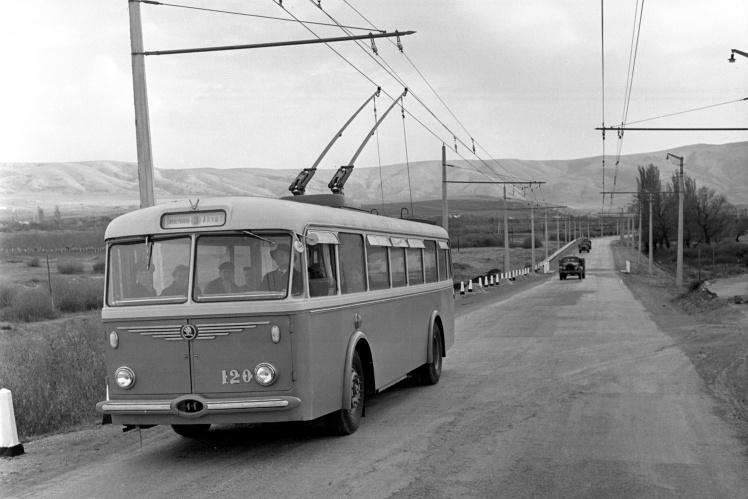 Часть горной троллейбусной трассы Симферополь — Алушта — Ялта, на переднем плане троллейбус «Шкода», 3 ноября 1959 года.