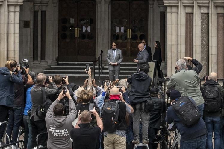 Джонні Депп позує перед журналістами поблизу Високого суду. Лондон, 16 липня 2020 року.