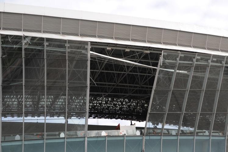 Частина персоналу «Шахтаря» залишилася в окупованому Донецьку, вони стежили за станом стадіону і ремонтували його після обстрілів. На фото наслідки обстрілу 20 жовтня 2014 року.