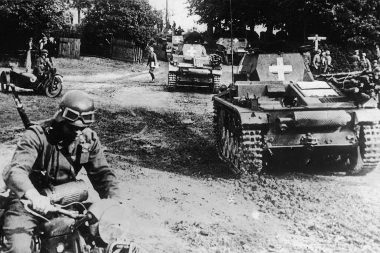 Німецька армія переважала польську за кількістю солдатів і особливо військової техніки. На фото: німецькі танки у супроводі моторизованої піхоти під час вторгнення до Польщі, 1 вересня 1939 року.