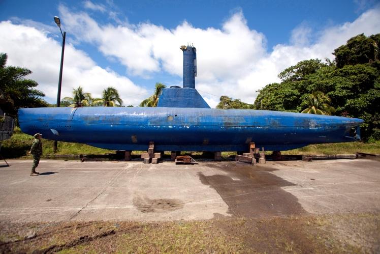 Підводний човен колумбійських наркокартелів, здатний перевозити близько 8 тонн кокаїну. Місцева поліція виявила його в 2011 році;
