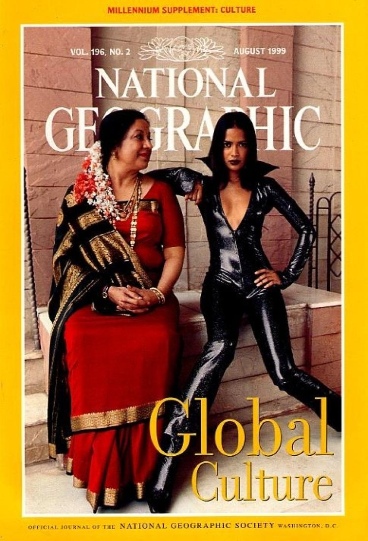 Серпень 1999 року. На фото мати і дочка, які уособлюють контраст культур наприкінці тисячоліття.