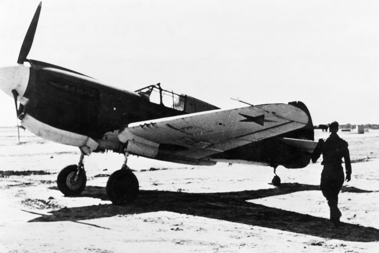 Советский пилот собирается сесть в американский истребитель, который доставили в сборочный центр поставок по ленд-лизу в Иране, 1943—1945 годы.
