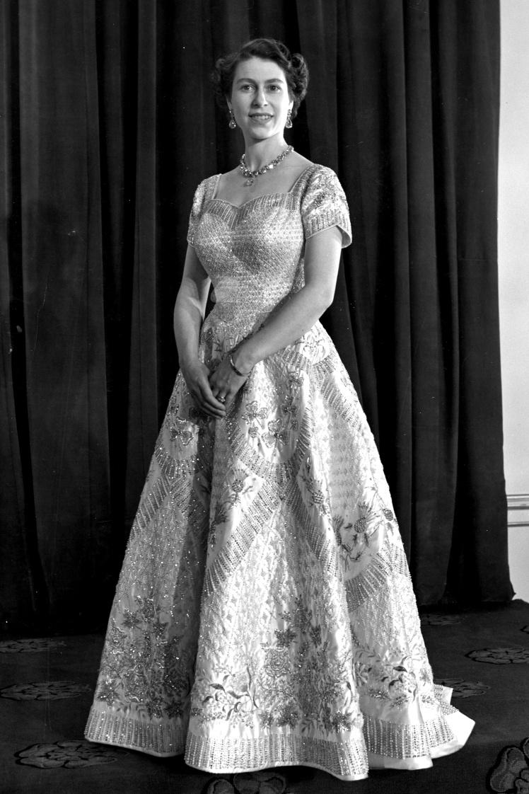 Після коронації Єлизавета II ще шість разів одягала коронаційну сукню, зокрема на відкриття парламенту в Новій Зеландії та Австралії у 1954 році. На фото: Єлизавета II в коронаційній сукні, 4 червня 1953 року.