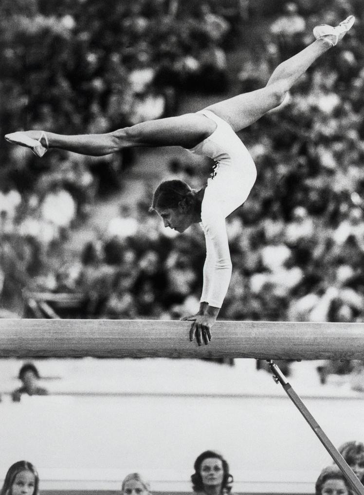 Советская гимнастка Ольга Корбут выступает на Олимпийских играх в Мюнхене, 31 августа 1972 года.