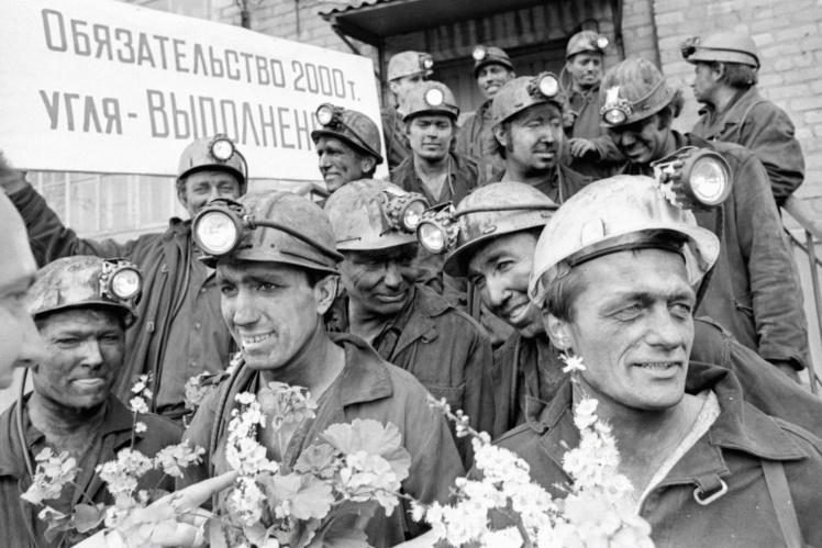 Горняки бригады Серегина В.Б. шахтоуправления имени Ленина после смены в день Всесоюзного коммунистического субботника, Лутугинский район Ворошиловградской (сейчас Луганской) области, 22 апреля 1978 года.