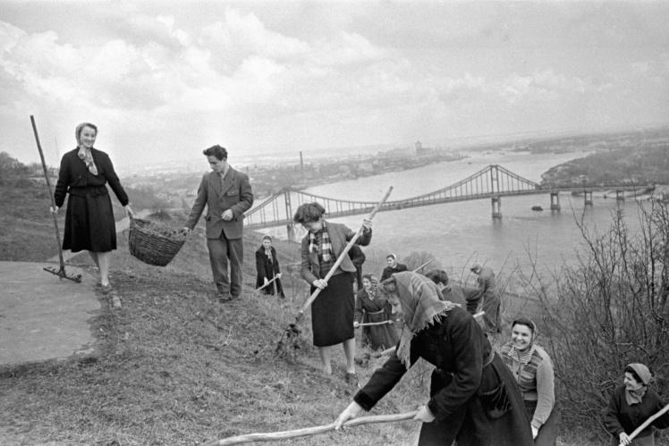 Воскресник по приведению в порядок городских парков в Киеве, 7 апреля 1959 года.