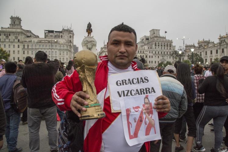 Протестувальник тримає копію кубка Чемпіонату світу з футболу і табличку з написом «Дякую, Віскарро» під час демонстрації на підтримку розпуску Національного конгресу, Ліма, 3 жовтня 2019 року.