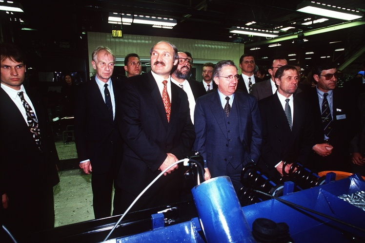 Александр Лукашенко во время экскурсии на заводе Ford, Кельн, 1996 год.