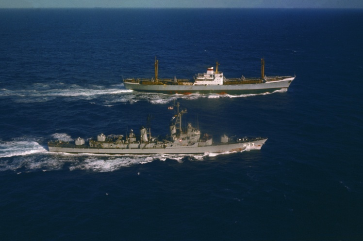 Советское торговое судно «Металлург Аносов» увозит ракетные установки с Кубы. Параллельным курсом идет эсминец ВМС США Barry, 10 ноября 1962 года.