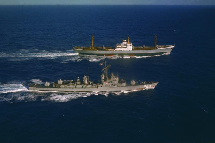 Радянське торгове судно «Металург Аносов» вивозить ракетні установки з Куби. Паралельним курсом йде есмінець ВМС США Barry, 10 листопада 1962 року.