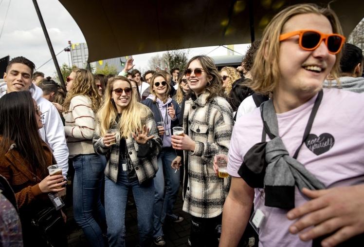 Відвідувачі танцювального фестивалю в Біддінгхайзені, Нідерланди, 20 березня 2021 року.