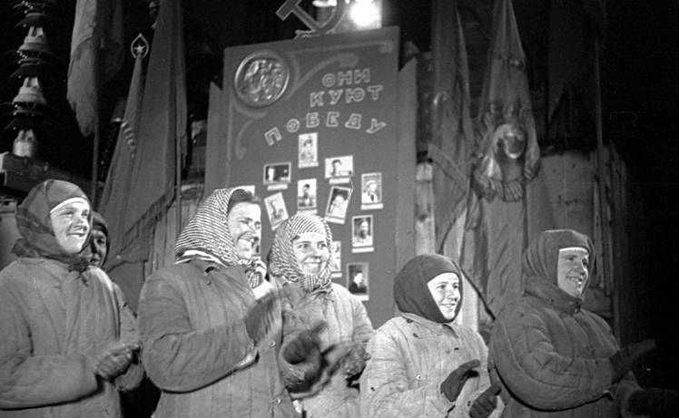 Бригада бетонщиц на митинге в честь пуска восстановленного ДнепроГЭСа, 1947 год.