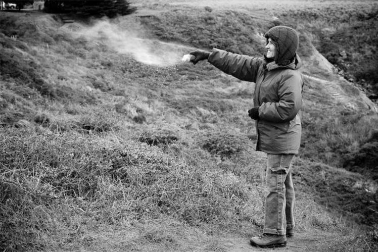 2009 год, Джоан развеивает прах Роберта в месте их последнего похода.