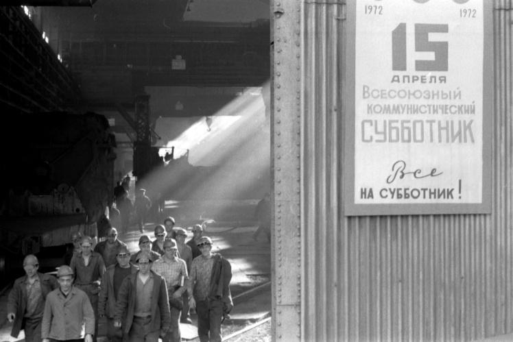 Рабочие завода «Запорожсталь» идут на Всесоюзный коммунистический субботник, 15 апреля 1972 года.