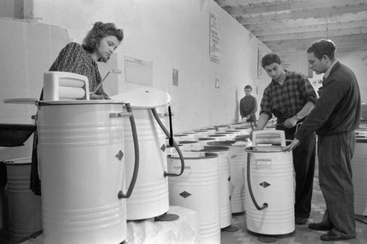 Складання пральних машин на Харківському заводі оцинкованого посуду, лютий 1955 року.