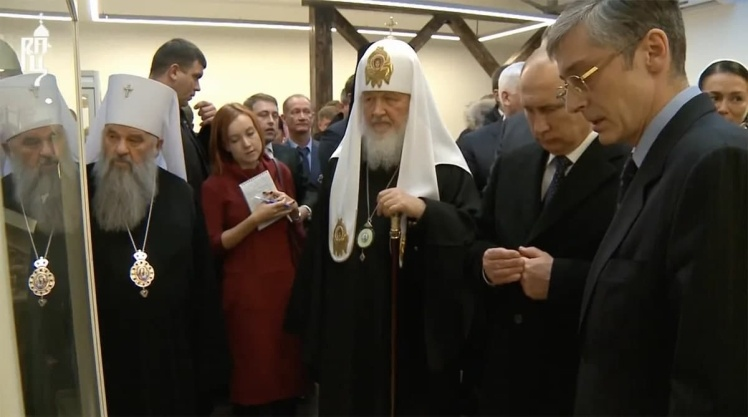 Полякова стоит позади Путина.