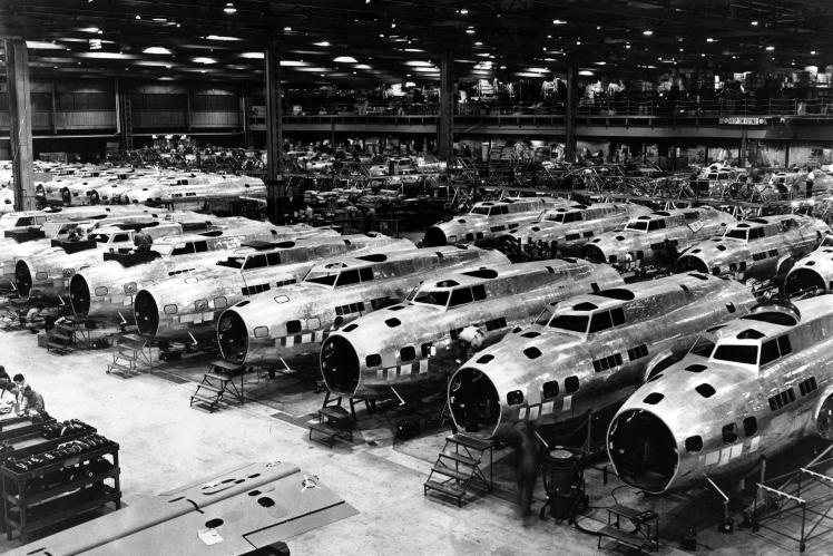 Американські Boeing B-17 Flying Fortress на великому заводі Boeing у США, 1943 рік.