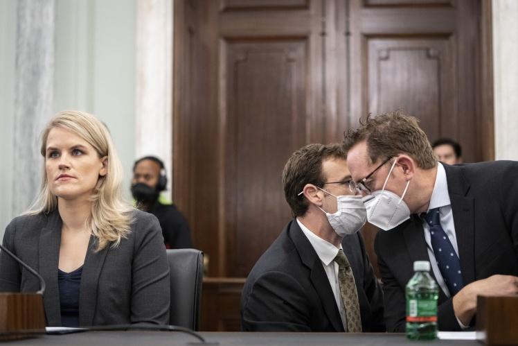 Френсіс Хауген на слуханнях у Комітеті з торгівлі, науки і транспорту Сенату США, 5 жовтня 2021 року.