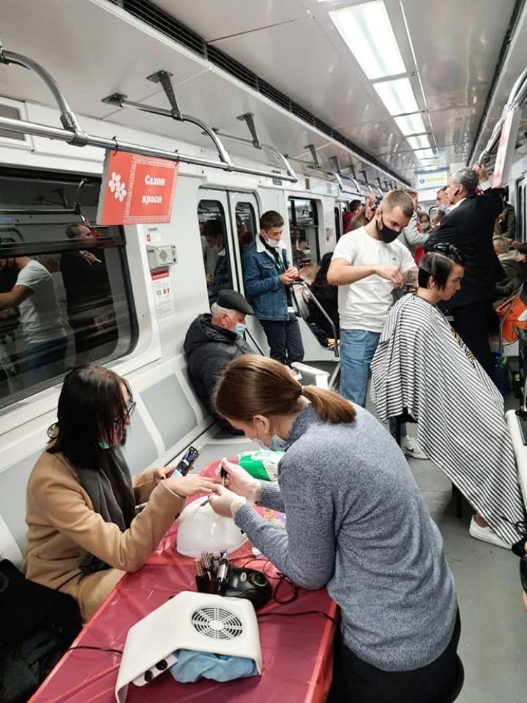 Во время перформанса в вагоне киевского метро «работали» парикмахер и мастер маникюра.