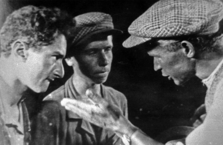 Режисер Олександр Довженко (крайній справа) під час зйомок, 1920-ті роки.