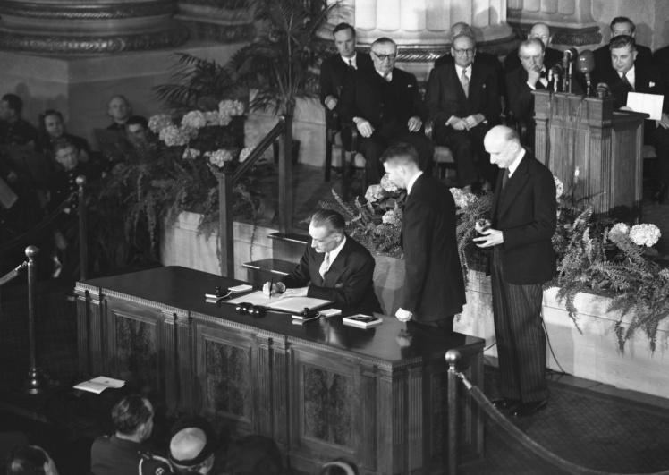 Французский посол Анри Бонне подписывает договор о создании НАТО в Вашингтоне, 4 апреля 1949 года.